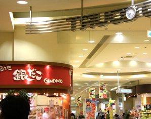 595-14 ETフードコート天井の時計.JPG