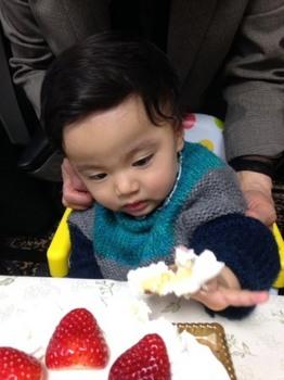 1歳の誕生日綸ケーキ入刀.jpg