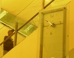 608-2 エスカレーター横の時計.JPG