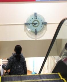 660-4 エスカレーターと時計.JPG